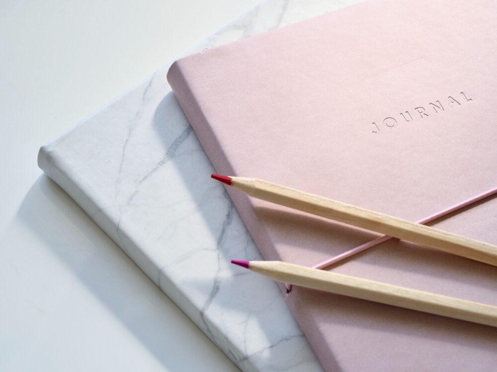 anteckningsblock och pennor för att skriva checklista till din storstädning