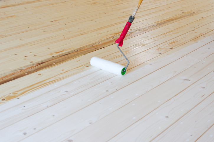 måla trägolvet med roller